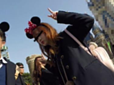 【JKパンチラ盗撮】夢の国の制服ギャル女子高生!正面からもバッチリ画像