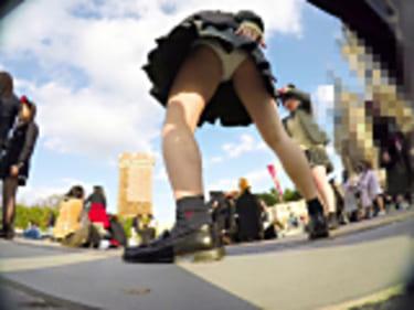 【JKパンチラ盗撮】夢の国のちょいぽちゃ制服女子高生!具が見えそう画像