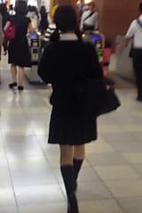 【JKパンチラ盗撮】真面目そうな制服女子高生をスカートめくり!画像