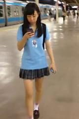 案内してくれた制服女子高生をスカートめくり!画像