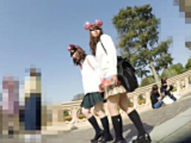 【JKパンチラ盗撮】夢の国でM字開脚の制服女子高生!太ももがエロい画像