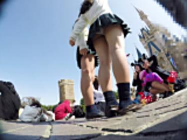 【JKパンチラ盗撮】サービスタイム満載の制服女子高生!純白パンティGET画像