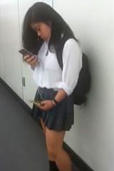 【JKパンチラ盗撮】スレンダー体型の制服女子高生にスカートめくり!画像