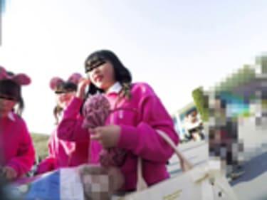 【JKパンチラ盗撮】夢の国でお尻の境目まで丸見えな制服女子高生!画像