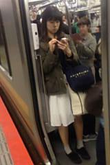 【JKパンチラ盗撮】ムッチリ太ももの制服女子高生!ピンクパンティ〜画像