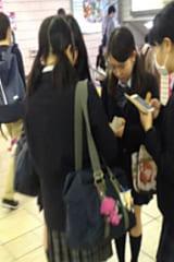 【JKパンチラ盗撮】3日連続でガード緩々の制服女子高生!撮り放題:画像