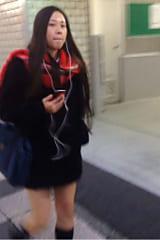【JKパンチラ盗撮】食い込みパンティの制服女子高生をスカートめくり!画像