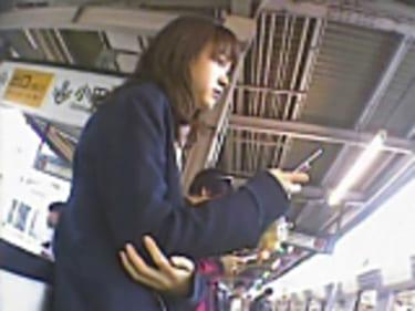【JKパンチラ盗撮】無防備状態の制服女子高生!純白パンティ丸見え:画像