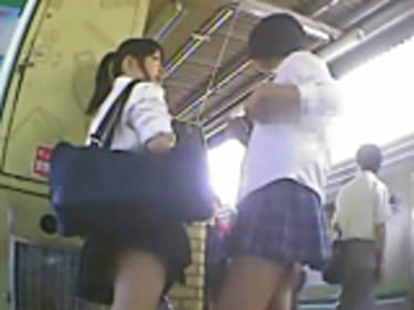 【JKパンチラ盗撮】63人の制服女子高生!彼氏とデート中もGET:画像