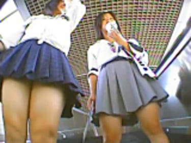 【JKパンチラ盗撮】70人の制服女子高生!小麦色の肌のギャル登場画像
