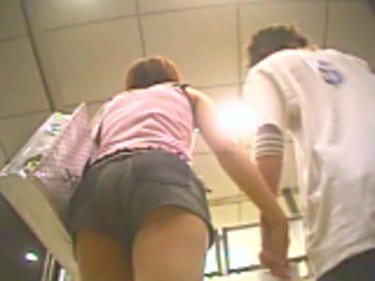 【JKパンチラ盗撮】ショップ店員ギャルと制服女子高生!画像