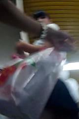 【JKパンチラ盗撮】スレンダー美脚美人の制服女子高生をスカートめくり!画像